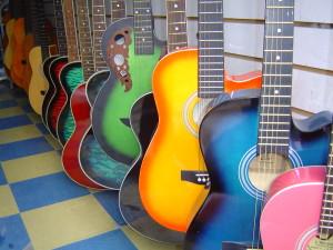In Peking sind bunte Gitarren beliebt.